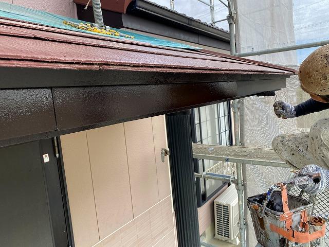 外壁を塗装している作業員1枚目