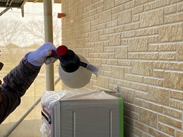 外壁の殺菌処理をする作業員1