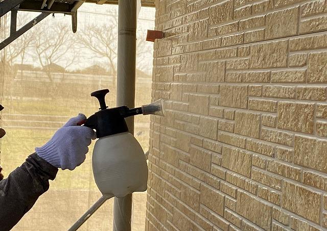 外壁の殺菌処理をする作業員2