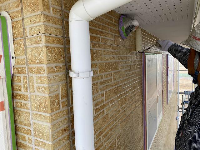 外壁塗装をする作業員1