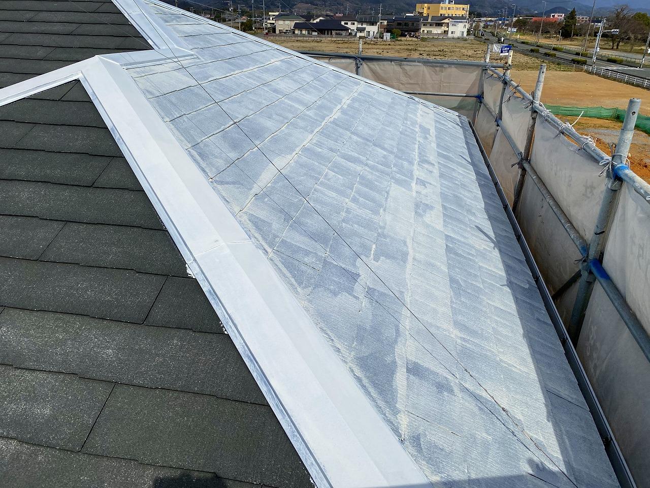 下塗り中の屋根